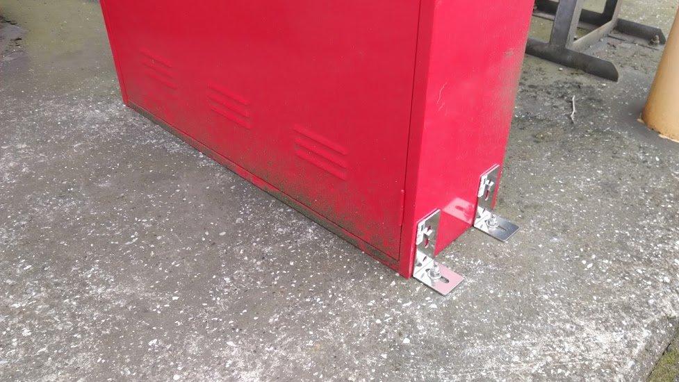 消火器入れをSUSアンカー止め工事