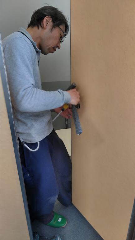 近所の中学校のトイレのドアを修理