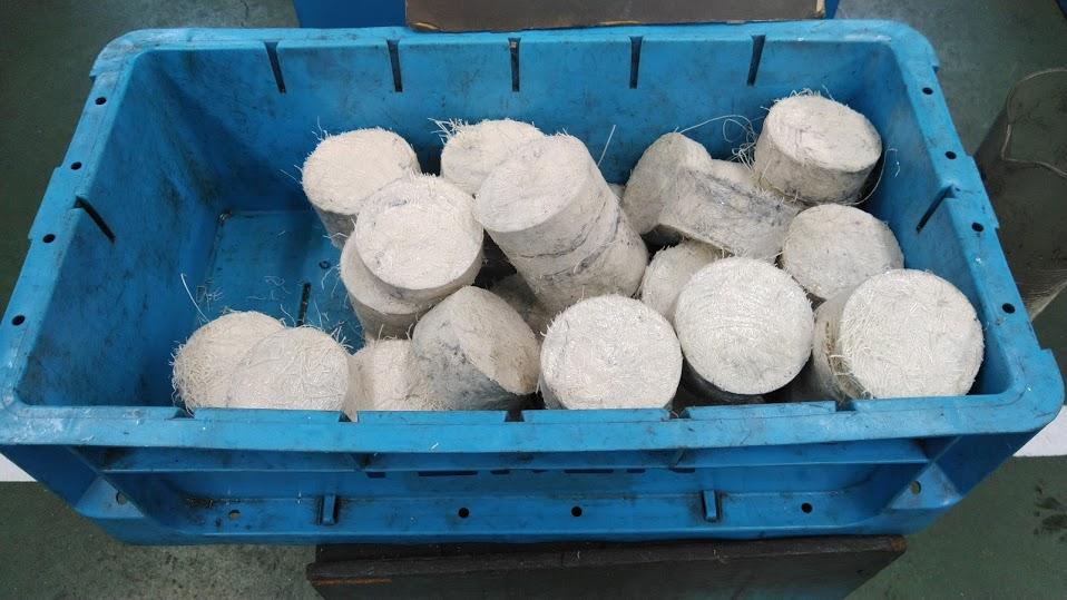 切粉圧縮機のデモンストレーション(樹脂切粉編)
